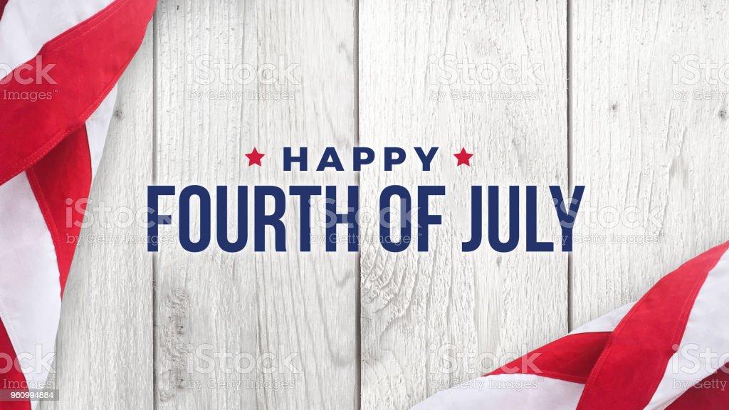 Texto feliz cuatro de julio en madera blanca y banderas americanas - foto de stock