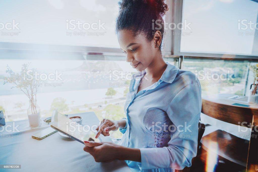 Glücklich Freiberufler Mädchen mit digital-Tablette im restaurant – Foto
