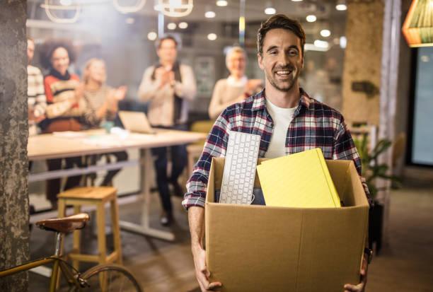 nach job kündigt zufrieden glücklich freiberufler das büro verlassen zu müssen. - ausscheiden stock-fotos und bilder