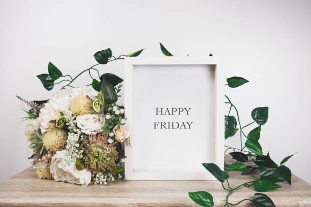 glückliches freitag wort mit weißem rahmen mock-up - freitag stock-fotos und bilder