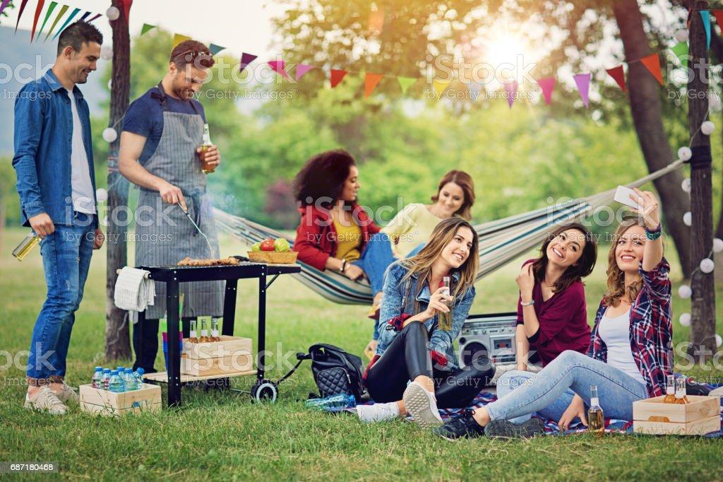 Heureux amis prennent selfie à un barbecue dans le parc - Photo