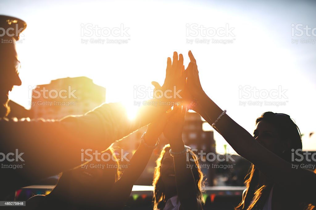 Felices amigos en el último piso lo high five - foto de stock
