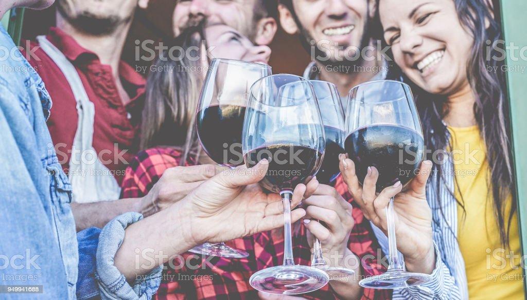 Glückliche Freunde jubeln mit Rotwein am Barbecue-Dinner - junge Menschen Spaß und lachen zusammen im Weinberg Bauernhof - Schwerpunkt close-up-Gläser - Freundschaft, Partei und Jugend-Konzept – Foto
