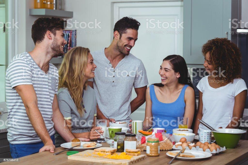 快樂的朋友討論吃早飯時 免版稅 stock photo