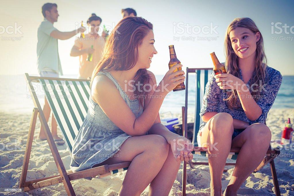 Heureux amis faire un barbecue et de boire de la bière - Photo