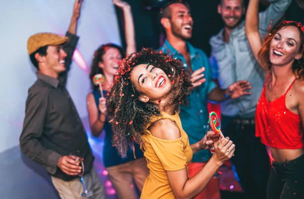 mutlu arkadaş gece kulübü partide - genç kadın grubu şeker lolipoplar disko içinde yeme arkadaşları ile eğlenmek - insanlar, dostluk, gece hayatı ve gençlik tatil yaşam tarzı işi - gece hayatı stok fotoğraflar ve resimler