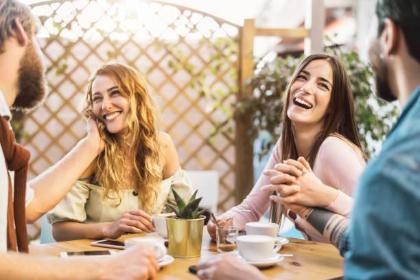 amigos felices bebiendo capuchino en el bar de la cafetería - joven pareja romántica divirtiéndose compartiendo tiempo juntos - relación de amor y reunión social personas concepto de estilo de vida - happy couple sharing a cup of coffee fotografías e imágenes de stock