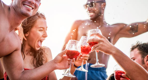 Happy friends drinking sangria wine at exclusive boat party - Young people having fun in summer vacation - Focus on left man hand glass - Travel, friendship, holidays and youth lifestyle concept - fotografia de stock