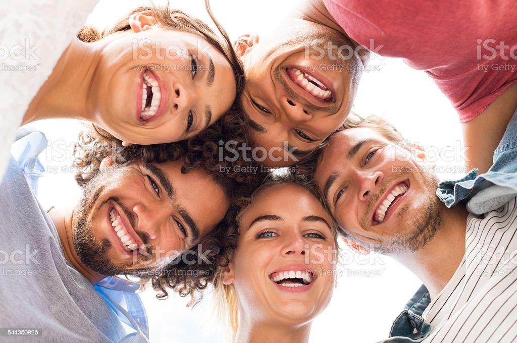 Felizes amigos abraçando - foto de acervo
