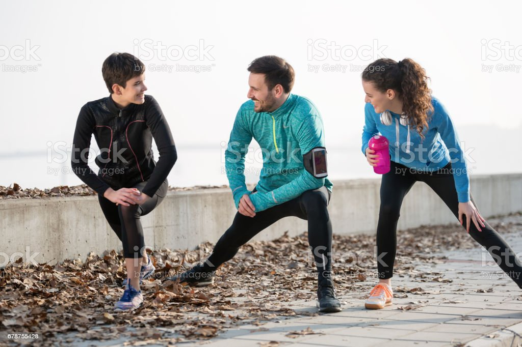 Happy friends fitness training together outdoors living active healthy lifestyle photo libre de droits