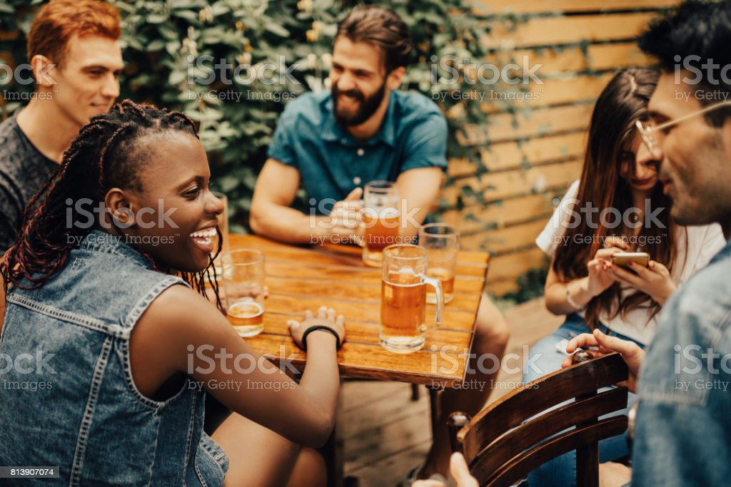 Happy friends having a great time at the pub – zdjęcie
