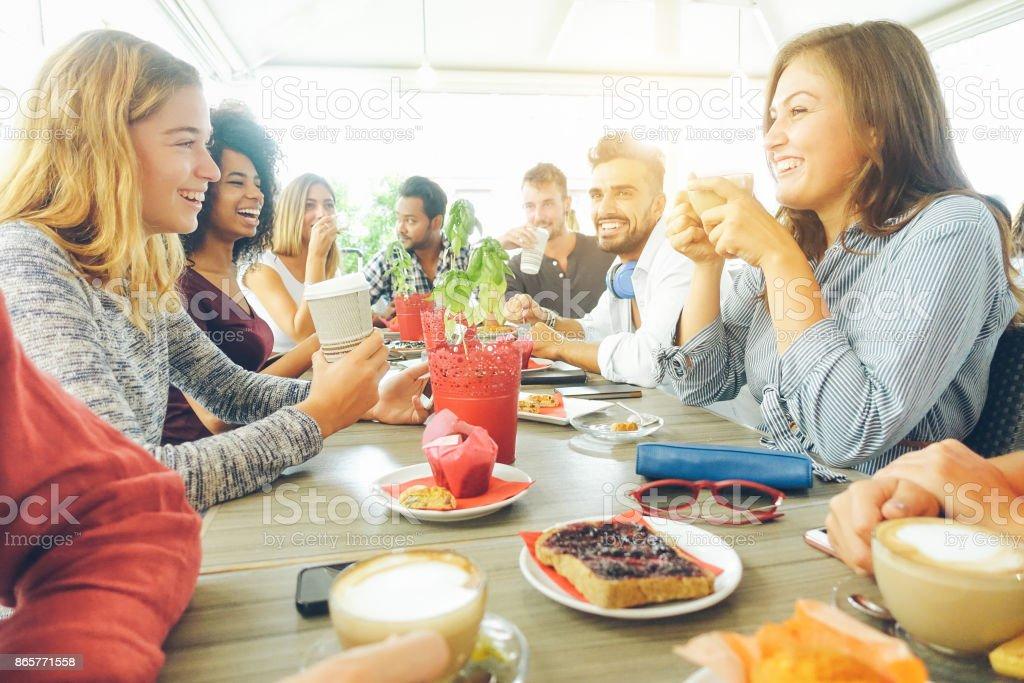 Glücklich mit Kaffeepause am bar-Café - Frühstück - Freundschaft und gute Laune-Konzept junge Hipster-Menschen - Freunde konzentrieren sich auf richtige Frau trinken Cappuccino - Vsco filter – Foto