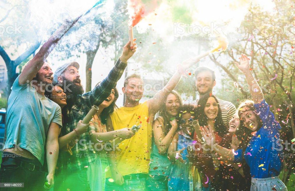 Glücklich Freunde, die Spaß an Gartenparty mit bunten Rauchbomben outdoor - tausendjährigen Jugendliche feiern Springbreak - echte Jugendkonzept - Konfetti und ließ die Leute im Fokus – Foto