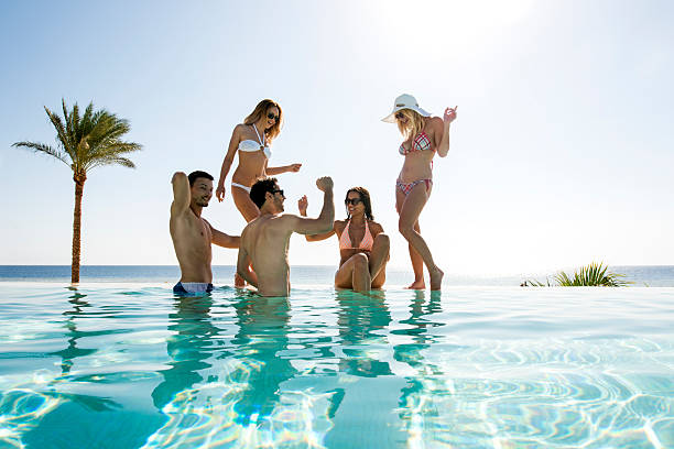 Glückliche Freunde Spaß im infinity-pool und Tanz. – Foto