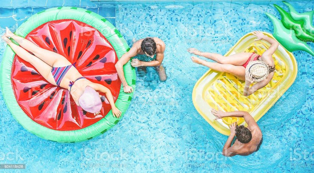 Hotel pool with people  Glückliche Freunde Spaß Im Schwimmbad Junge Menschen Genießen Sommer ...