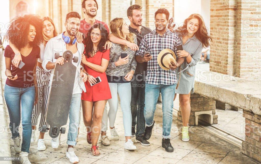 Glückliche Freunde Spaß zu Fuß im Zentrum der Stadt - junge Studenten Lachen und Zeit zusammen genießen outdoor - Jugend, trendigen Lifestyle und Freundschaft Konzept - Schwerpunkt Recht Leute – Foto