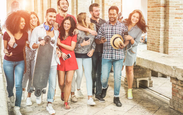 glückliche freunde spaß zu fuß im zentrum der stadt - junge studenten lachen und zeit zusammen genießen outdoor - jugend, trendigen lifestyle und freundschaft konzept - schwerpunkt recht leute - freundin tattoos stock-fotos und bilder