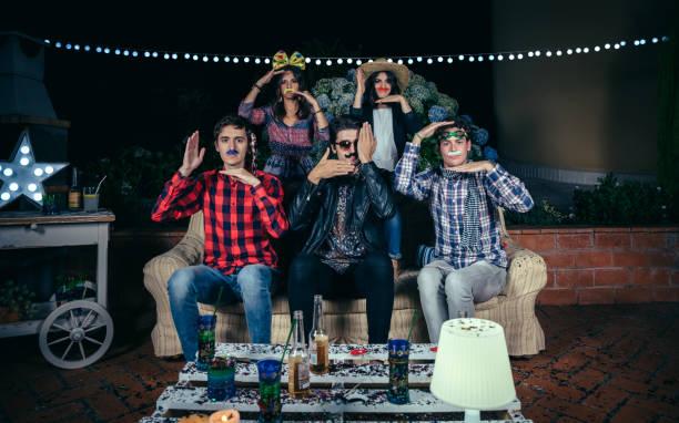 glückliche freunde, die spaß mit kostümen in partei - schnurrbart themenpartys stock-fotos und bilder