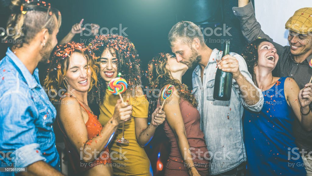 Amis heureux s'amuser multiraciale au concept du réveillon fête - jeunes boire et danser au après la fête en boîte de nuit - amitié humeur ivre - Focus sur la femme de tissu jaune - Photo