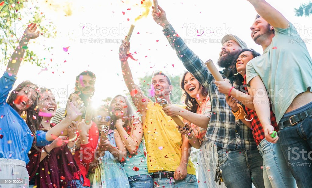 Glücklich, Freunde, Party, werfen Konfetti und Verwendung von Rauchbomben im freien - junge Studenten Lachen und feiern - Farben Gesichter Jugendkonzept - Schwerpunkt auf drei richtige Jungs – Foto