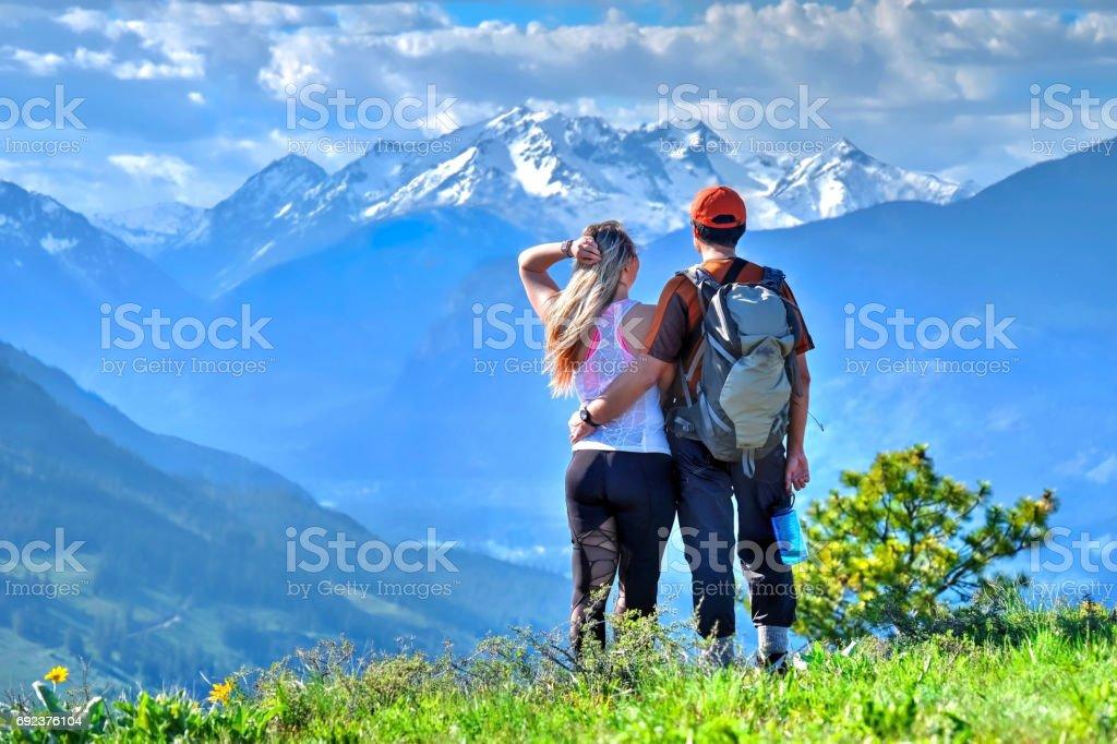 Glückliche Freunde Hipster Wandern in Bergen. – Foto