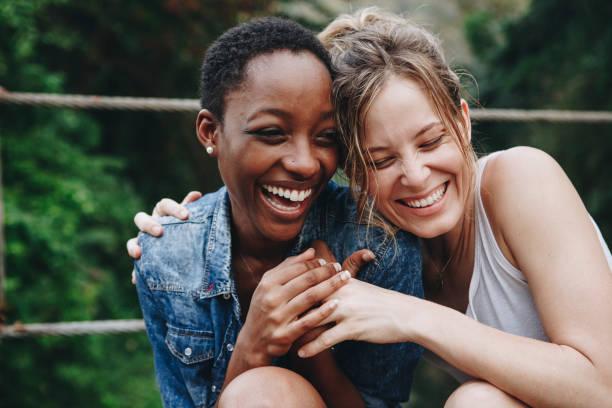 szczęśliwi przyjaciele trzymający się nawzajem - przyjaźń zdjęcia i obrazy z banku zdjęć