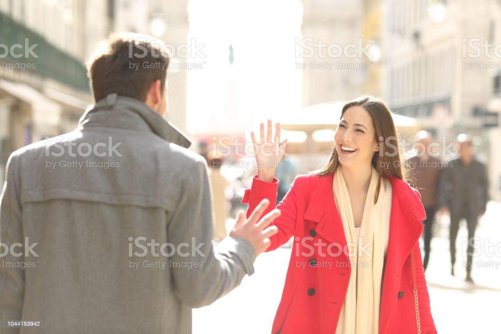 Toplantı ve sokakta tebrik mutlu arkadaşlar - Royalty-free Adamlar Stok görsel