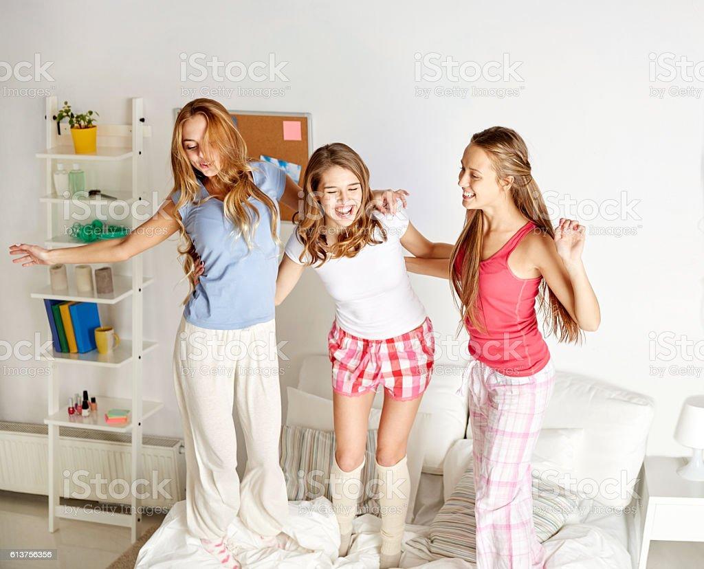 Felices amigos o adolescente chicas divirtiéndose en casa - foto de stock