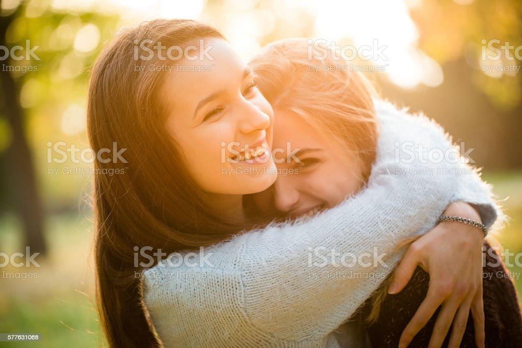 Glückliche Freunde im Freien – Foto
