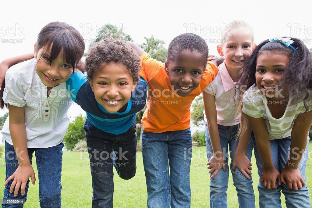 Amigos felizes jogando no parque - foto de acervo