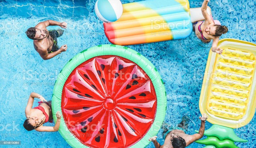 Glückliche Freunde spielen mit Luft Lilo Kugel innen Schwimmbad - junge Menschen, die Spaß am Reisen Sommerferien - Reisen, Urlaub, Jugend-Lifestyle, Freundschaft und tropische Konzept – Foto