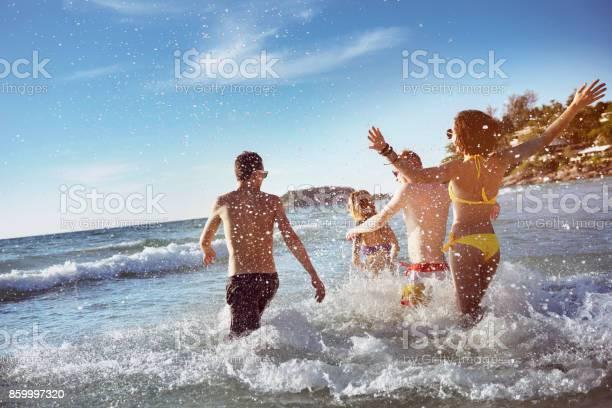 Happy friends sea beach holidays picture id859997320?b=1&k=6&m=859997320&s=612x612&h=2o4 blngc 6vhfex8po7xazcgiyu0gyweojzj0r8vr0=