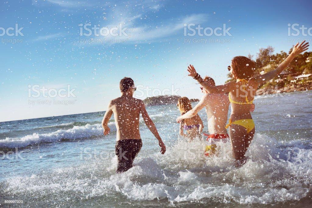 Férias de praia mar amigos felizes - foto de acervo