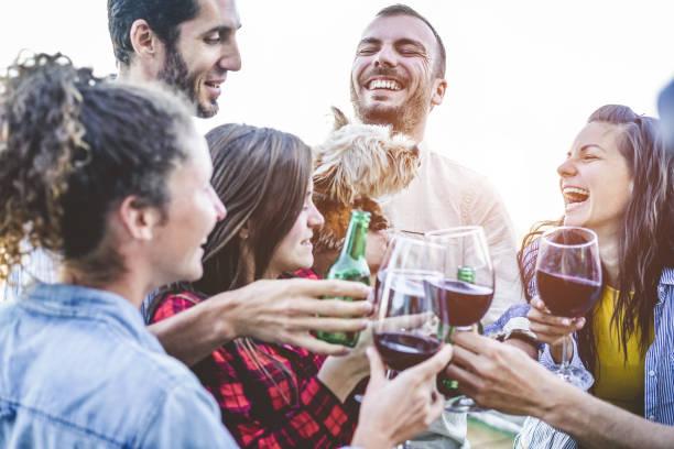 Amigos felices tomando selfie durante la cena fiesta en el patio trasero casa - grupo de jóvenes que se divierten con las tecnologías de las tendencias - centran en el hombre adecuado - concepto de estilo de vida de la juventud, verano, juventud, amistad - foto de stock