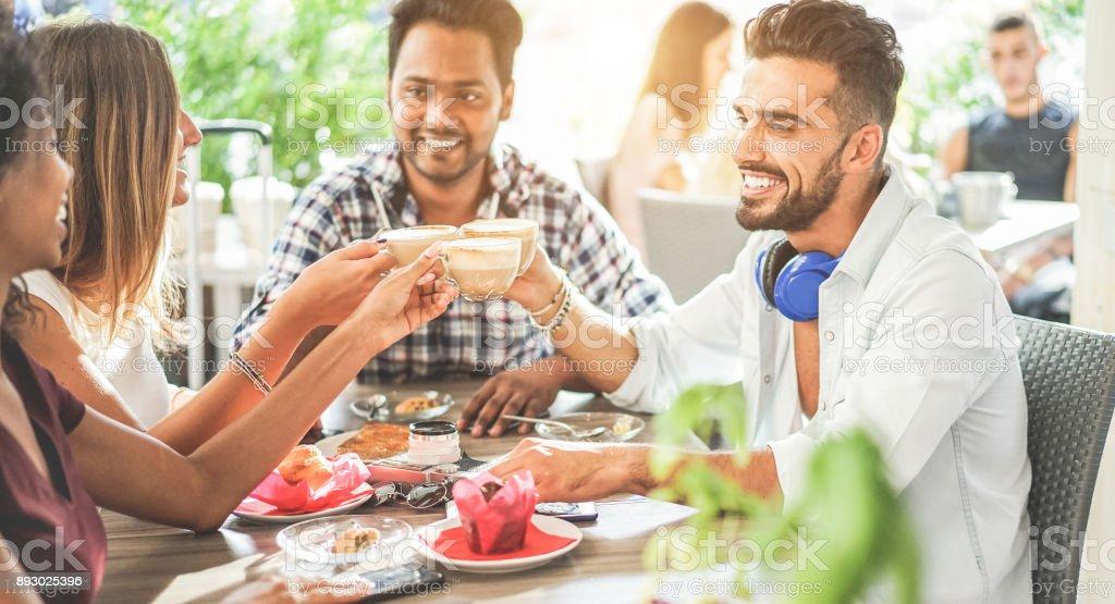 Glückliche Freunde Toasten Cappuccino an der bar-Cafeteria - junge trendige Leute genießen das Frühstück Essen, Kaffee trinken - Freundschaft und morgen Pause Konzept - Fokus auf Mitte Hände Gläser - warme filter – Foto