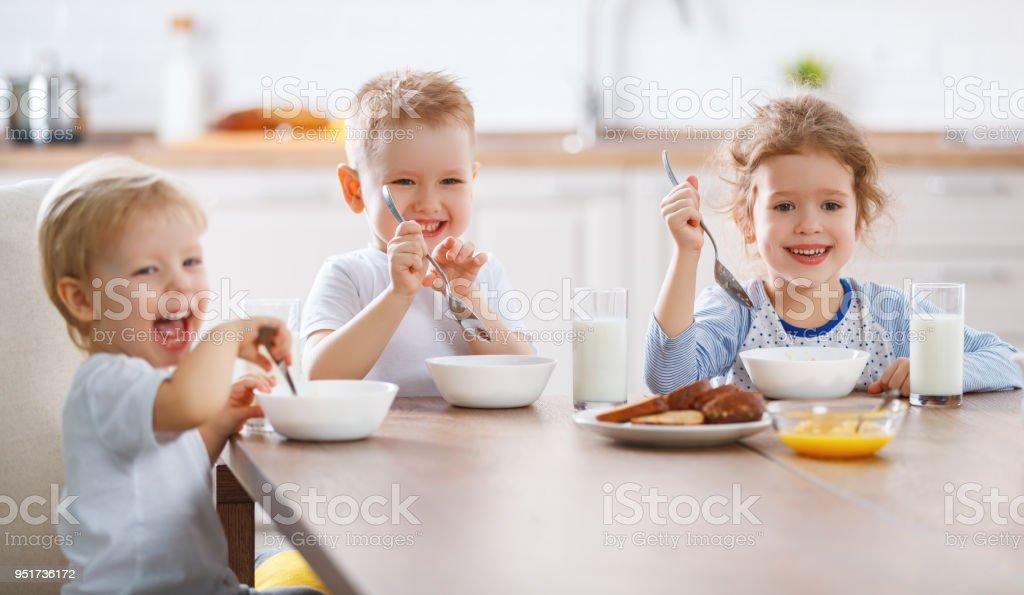 lustige Kinder frühstücken – Foto