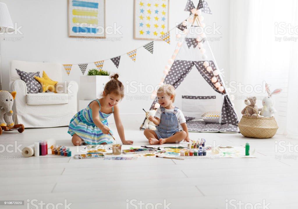 Lustige Kinder malen mit Farbe – Foto