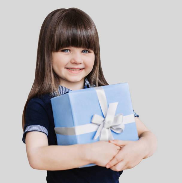 glückliche mädchen halten geschenk-box - jugendliche geburtstag geschenke stock-fotos und bilder