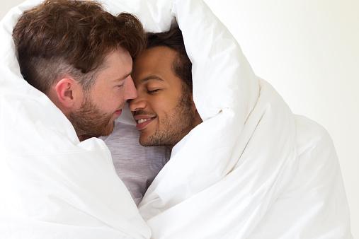 Happy Gay Paar Im Bett Unter Der Bettdecke Stockfoto und