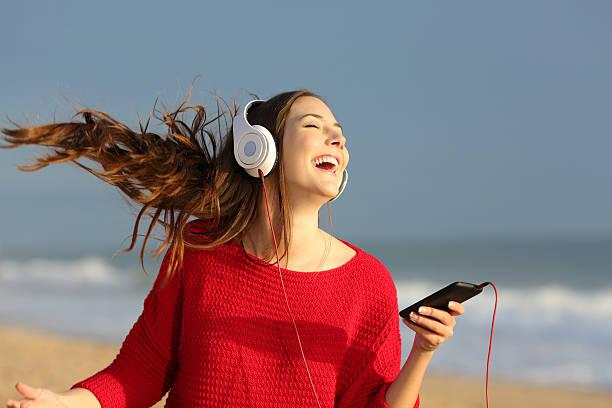happy girl dancing and listening music - geräusche app stock-fotos und bilder