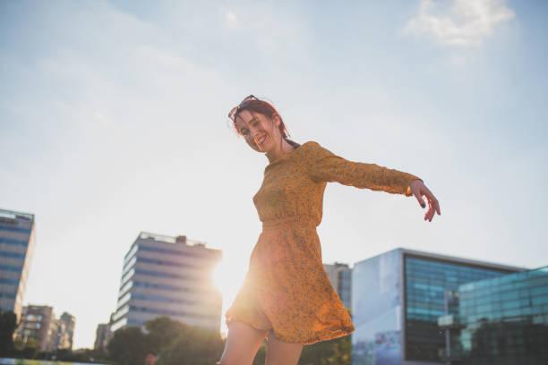 glad flicka dansa i city - street dance bildbanksfoton och bilder