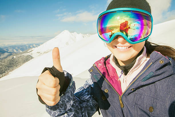 Feliz Chica vestido de esquí o snowboard máscara de moda gafas - foto de stock