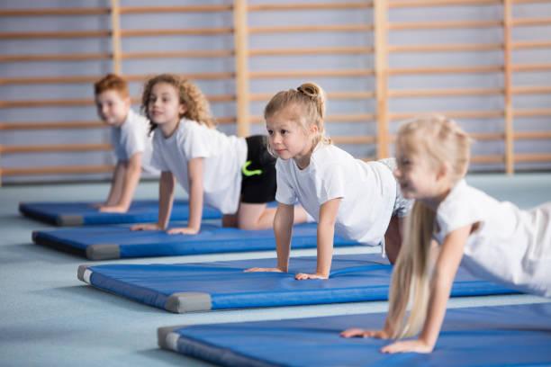 在矯正體操期間快樂的女孩 - 休閒活動 主題 個照片及圖片檔