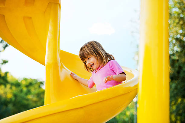 glückliche mädchen genießen sie den spielplatz. - mädchen spielhaus stock-fotos und bilder