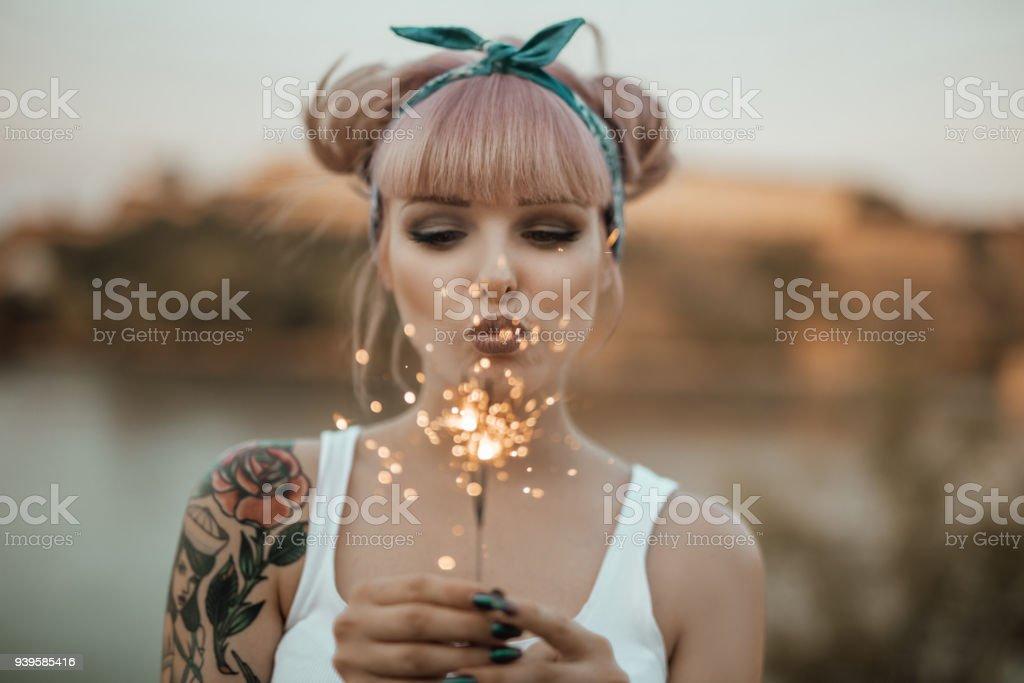 Glückliches Mädchen halten brennende Wunderkerzen – Foto