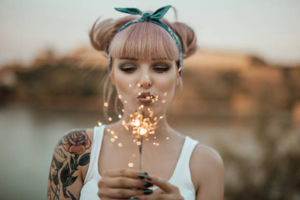 Happy girl holding burning sparklers - foto stock
