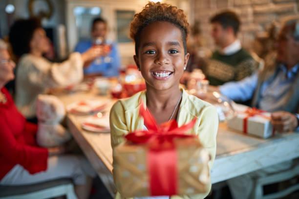 Glückliches Mädchen hält Weihnachtsgeschenk – Foto