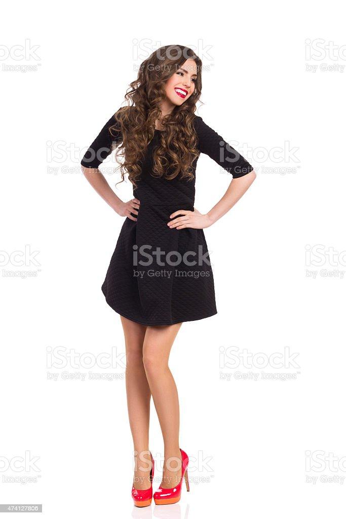 e4bc9b89f5 Feliz chica en negro Mini vestido rojo y zapatos de tacones foto de stock  libre de