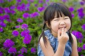 幸せな女の子の花のガーデン