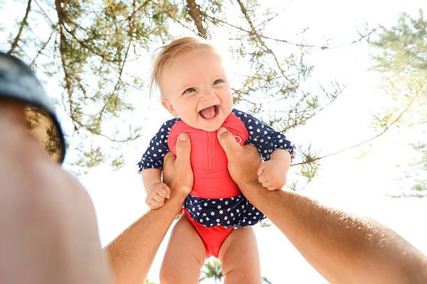 glückliches mädchen in ihre väter arme - hochzeitsspiele eltern stock-fotos und bilder